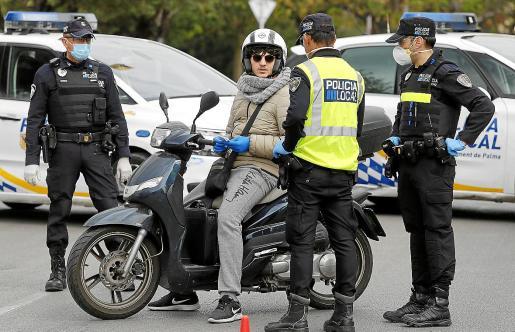 Un control de la Policía Local de Palma durante el estado de alarma.