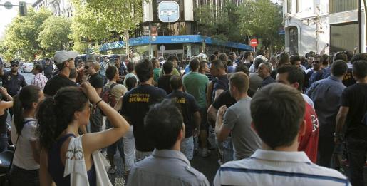 Cientos de funcionarios, la mayoría policías nacionales y bomberos de Madrid, ayer ante la sede del PP, en la madrileña calle Génova.
