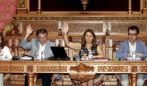 Maria Salom, entre Joan Rotger y Jaume Joan (derecha), ayer en el pleno.