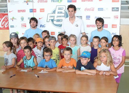 Rudy Fernández junto a los participantes.