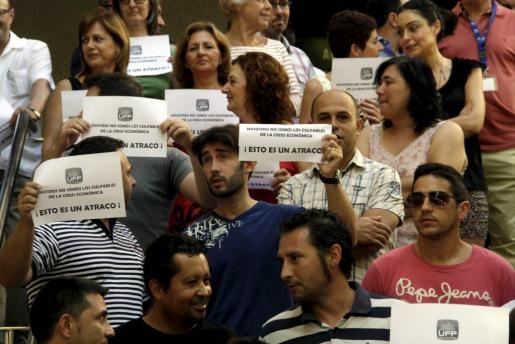 Los funcionarios se han manifestado en distintos puntos de Palma y en distintos centros de trabajo. En la imagen, trabajadores de la Jefatura de Policía Nacional.