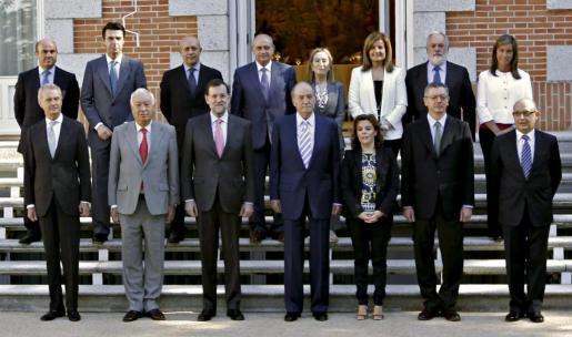 El rey Juan Carlos, junto al presidente del Gobierno, Mariano Rajoy (3i), posa con los ministros antes de la reunión del Consejo que preside hoy en el Palacio de la Zarzuela.