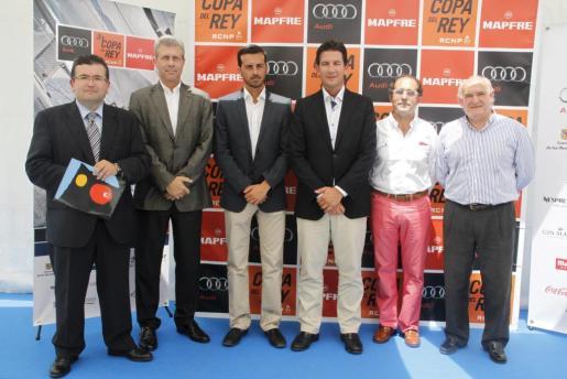 Jose Ramón Fuertes (i), Joan Miquel Malagelada, Fernando Gilet, Javier Morente, Emérito Fuster y José Antonio Continente (d) en la presentación de la Copa del Rey en la bahía de Palma.