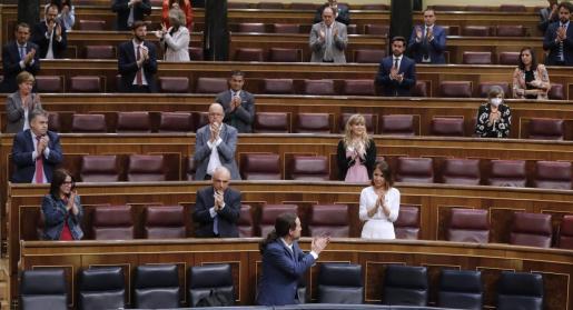 El vicepresidente segundo y ministro de Derechos Sociales y Agenda 2030, Pablo Iglesias, recibe una ovación tras su intervención este miércoles en el Congreso de los Diputados en Madrid.