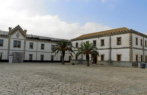 En el pabellón central se ubica el Museu del Calçat y en el de la derecha se instalará el de la Educació.
