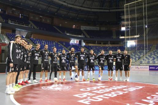 La plantilla del Palma Futsal posa en la víspera de la Copa de España en el Pabellón Martín Carpena de Málaga, donde se disputará el playoff exprés por el título a partir del martes 23 de junio.