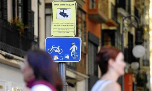 El Ajuntament de Palma controla los vehículos en las zonas peatonales y de Acire. Un panel informa de su presencia.