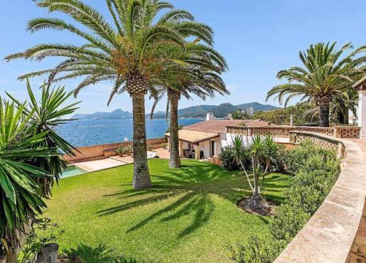 El enorme jardín, perfectamente cuidado, desemboca en la zona de terrazas y piscina, a un paso del mar.