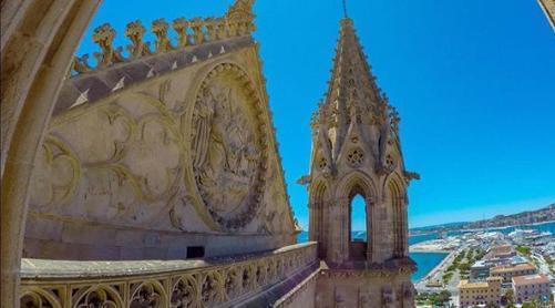 Nos ahorraremos ascender los 215 peldaños para llegar a contemplar la inmensidad del mar y la belleza de Palma.