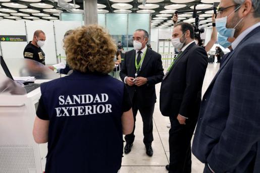 El ministro de Transportes, Movilidad y Agenda Urbana, José Luis Ábalos, visita el Aeropuerto Adolfo Suárez Madrid-Barajas para supervisar las medidas de seguridad para la prevención de la COVID-19.