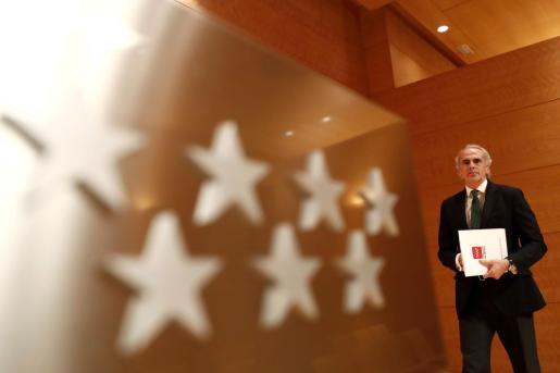 El consejero de Sanidad de la Comunidad de Madrid, Enrique Ruiz Escudero, asistiendo a una rueda de prensa. Imagen de archivo.