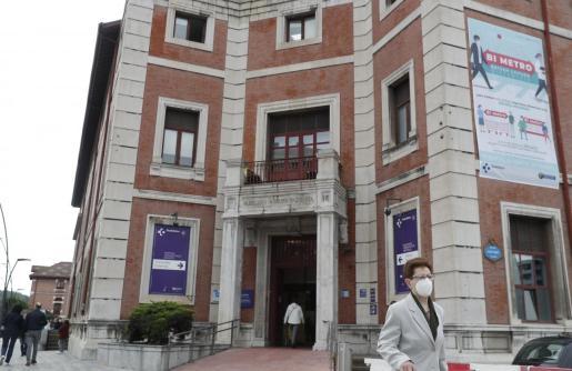 Una mujer sale del Hospital de Basurto, en Bilbao.