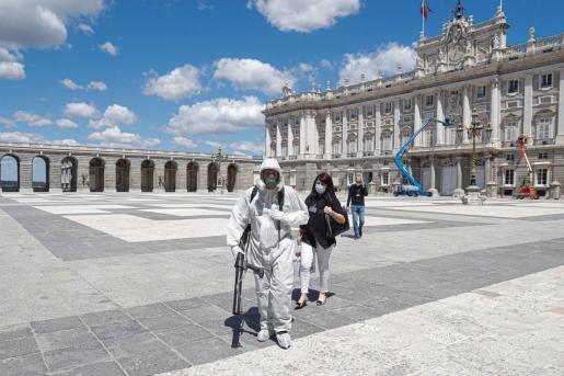 Preparativos para la apertura del Palacio Real de Madrid que, así como el resto de monumentos de Madrid pertenecientes a Patrimonio Nacional que permanecían cerrados por la crisis sanitaria, reabrieron el pasado miércoles.