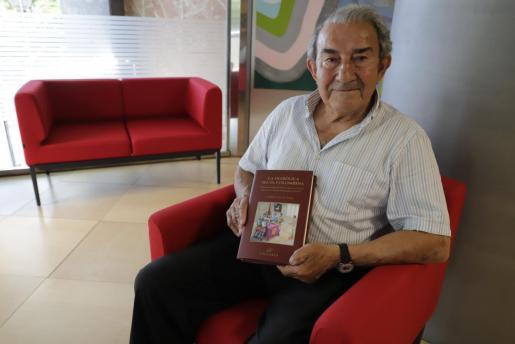 Guillem Morro enseña la portada de su libro, una historia novelada de Joanot Colom.