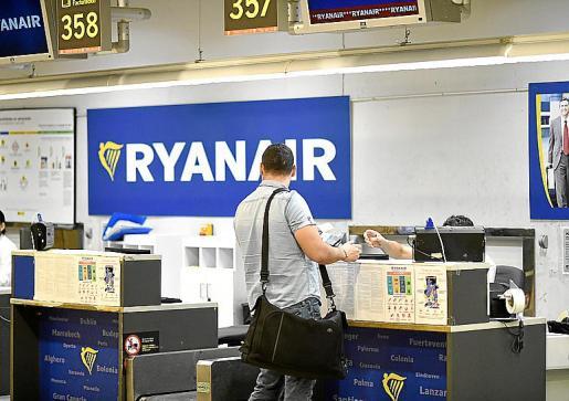 Ryanair subcontrata a parte de sus empleados con otra firma de Irlanda.