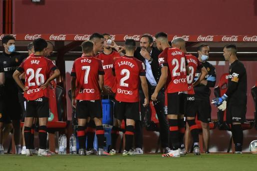 Vicente Moreno da directrices al equipo en una pausa del encuentro.