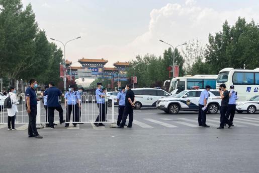 Policías en un control en China.