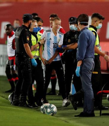 Un joven de 17 años salta al césped en el partido del Mallorca y el Barça.
