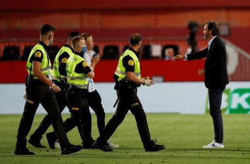Vicente Moreno se dirige al joven que este sábado saltó al césped del Visit Mallorca Estadi.