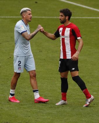 El centrocampista del Athletic de Bilbao, Raúl García (d), saluda al defensa uruguayo del Atlético de Madrid, José María Giménez, tras el partido correspondiente a la jornada 28 de Liga de Primera División.