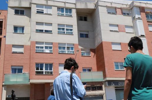 Vista del edificio en el que un hombre ha matado supuestamente a su mujer, de 46 años, y a dos de sus hijos, de 12 y 17 años, y posteriormente se ha suicidado.