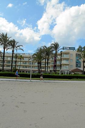 El Viva Golf, situado en la carretera de Artà y con acceso directo a la playa de Alcúdia, es uno de los cinco hoteles que albergarán turistas alemanes en la prueba piloto que comienza el lunes.