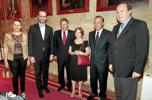 Maria Salom, José Ramón Bauzá, Antoni Mesquida con su madre, Aina Ferrando, y su hermano, Joan Mesquida, y José María Rodríguez.