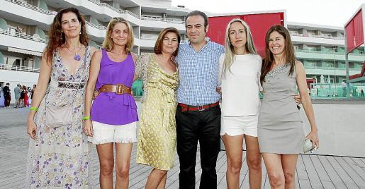 Gabriel Escarrer con sus hermanas Mercedes, Ana, Magdalena y María Antonia, y su esposa Belen Puerto (segunda por la izquierda), tras el acto inaugural de la espectacular zona de ocio del complejo.