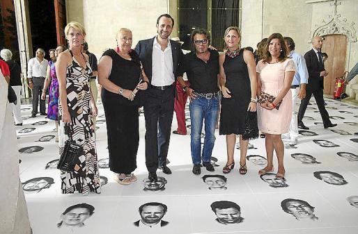 Aina Aguiló, María José Corominas, José Ramón Bauzá, Bernardí Roig, Carmen Feliu y Gema Muñoz ante el retrato del president del Govern balear.