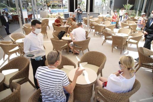 Según el presidente de Globalia «el inicio ha sido muy lento porque la gente sigue con miedo». En la imagen algunos de los primeros turistas llegados este lunes a la Playa de Palma.