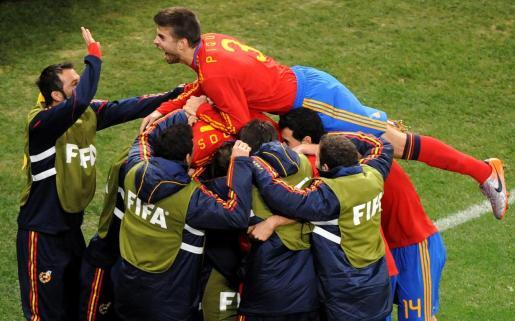 Gerard Piqué, celebrando con sus compañeros de equipo el gol de David Villa ante Portugal, durante el Mundial de Sudáfrica.