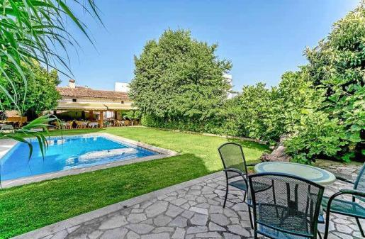 El jardín posterior añade un plus de confort y tranquilidad, con la piscina, las terrazas y la cuidada vegetación.