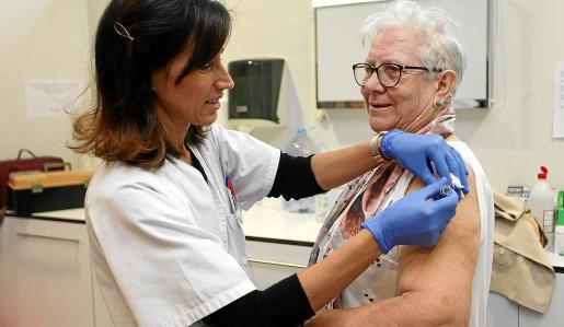 Una enfermera inyecta la vacuna de la gripe a una persona mujer mayor de 65 años. Foto: D. ESPINOSA