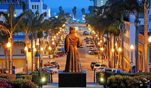 Imagen de la estatua de Juníper Serra que se levanta frente al ayuntamiento de la ciudad californiana de Ventura.