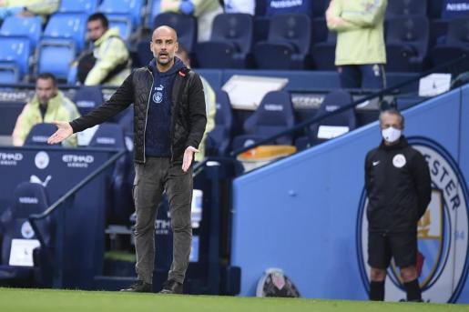 El técnico catalán sigue desde la banda el partido de los suyos frente al Arsenal, el primero después del confinamiento.
