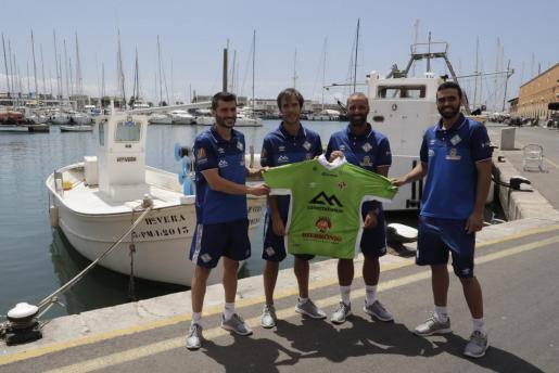 Lolo, Carlos Barrón, Antonio Vadillo y Tomaz posan con la camiseta del Palma Futsal en el restaurante Ca n'Eduardo.