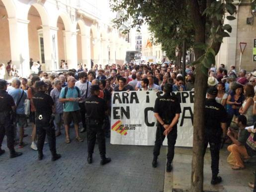 La calle Palau Reial, minutos antes de comenzar la sesión plenaria del Parlament balear.