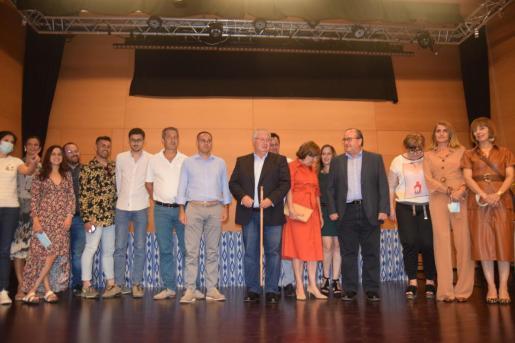 Joan Monjo, en el centro con la vara de mando, rodeado por todos los concejales del equipo de gobierno y de la oposición, este viernes en el pleno.
