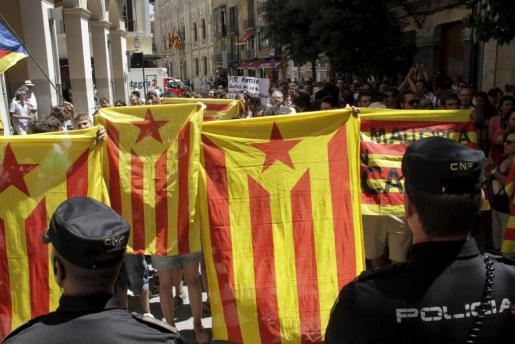 Un grupo de personas ha protestado en el exterior del Parlament por la aprobación de la Ley de Función Pública.