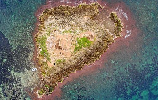 Imagen desde un dron del islote mallorquín de Sa Galera, frente a Can Pastilla, uno de los yacimientos púnicos más importantes de Mallorca, que se incluye en las rutas de la APP Arqueonáutica.