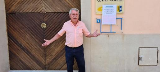 El alcalde Andreu Isern, ante la unidad de salud cerrada.