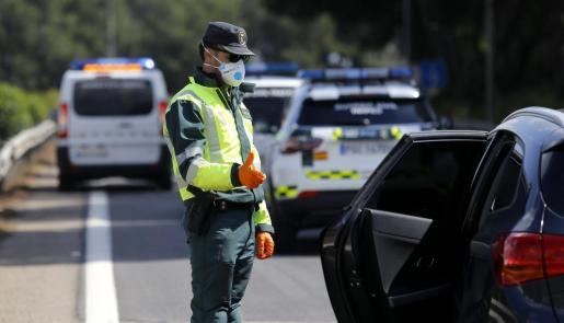 Imagen de archivos de controles en las carreteras de Baleares para evitar desplazamientos innecesarios.