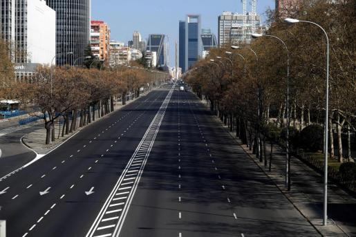 Vista del Paseo de la Castellana en Madrid, casi desierto en la mañana del sábado en el que España entró en estado de alarma para movilizar al máximo los recursos necesarios para combatir la COVID-19.