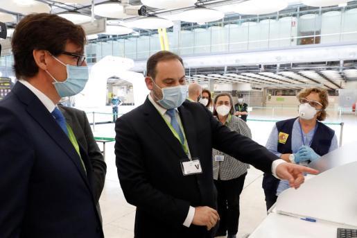 El ministro de Transportes, Movilidad y Agenda Urbana, José Luis Ábalos, y el ministro de Sanidad, Salvador Illa, visitan el Aeropuerto Adolfo Suárez Madrid-Barajas para supervisar las medidas de seguridad puestas en marcha para la prevención de la COVID-19.