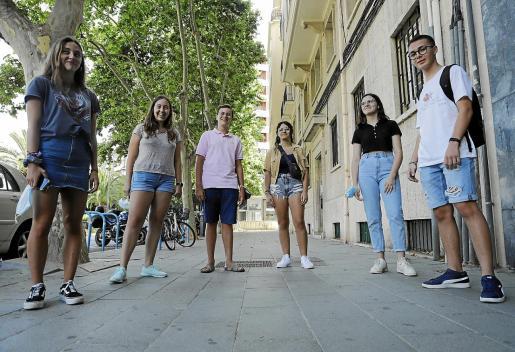 Naia, Maria, Marc, Andrea, Yolanda y Víctor, seis de los ocho mallorquines becados por la Fundación Amancio Ortega para estudiar 1º de bachillerato en el extranjero.