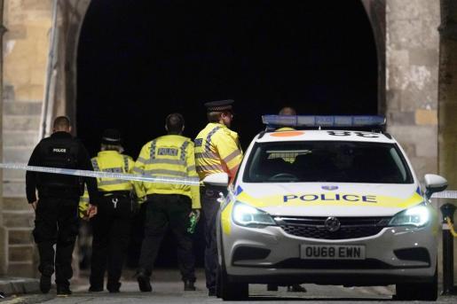 La policía, en la zona de los hechos, un parque de la ciudad inglesa de Reading.