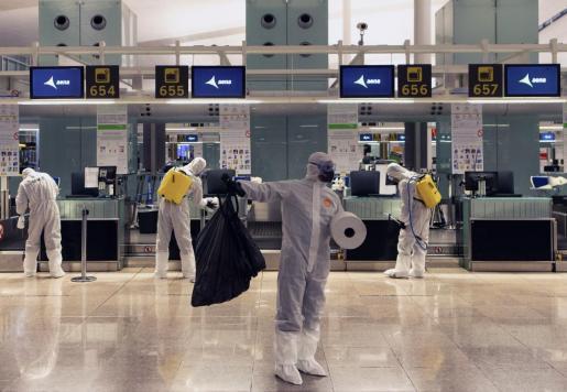 Fotografía de archivode efectivos de la Unidad Militar de Emergencias (UME) realizando labores de desinfección en el Aeropuerto del Prat, en Barcelona, para luchar contra el coronavirus.