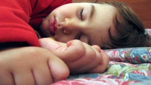 Un niño descansando.