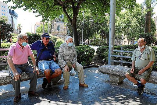 El mismo grupo de jubilados se encuentra cada día en la plaza.