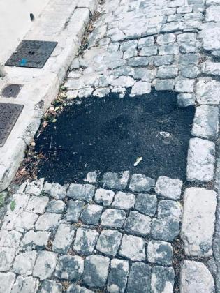 Los vecinos del barrio asisten con estupor a la reparación del emblemático empedrado que caracteriza la calle del Polvorín de el Terreno.